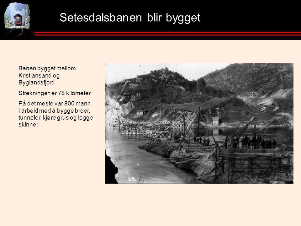 Setesdalsbanen blir bygget Banen bygget mellom Kristiansand og Byglandsfjord Strekningen er 78 kilometer På det meste var 800 mann i arbeid med å bygge broer, tunneler, kjøre grus og legge skinner