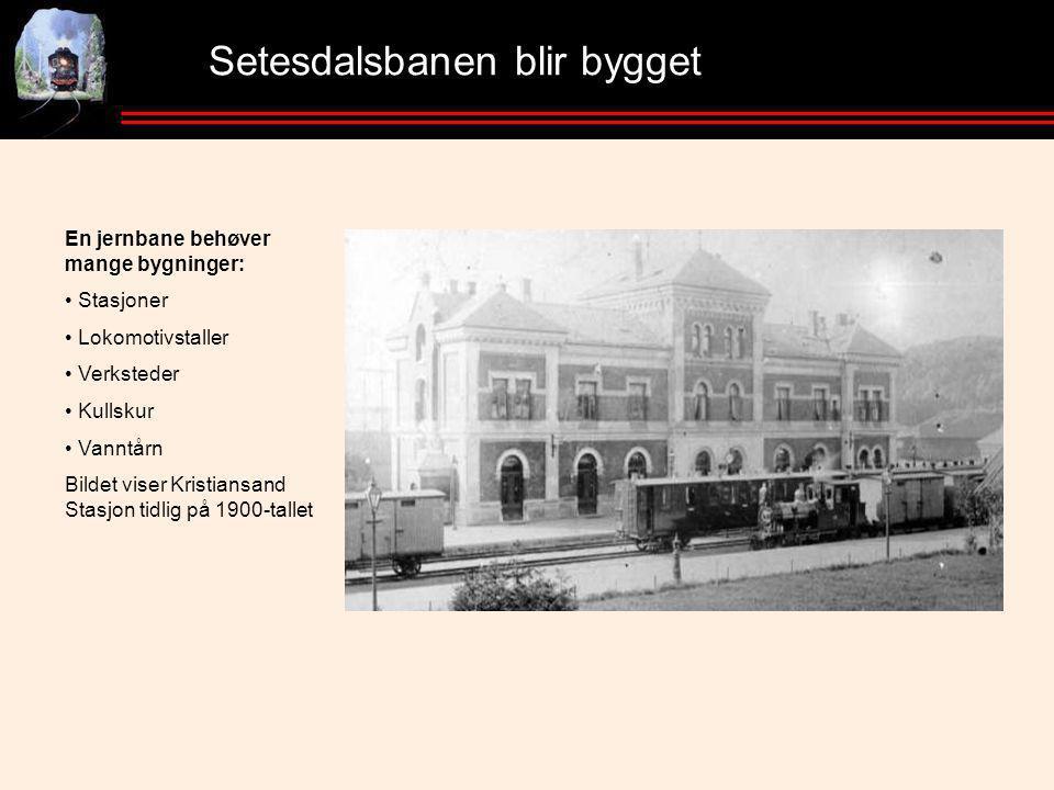 Setesdalsbanen blir bygget En jernbane behøver mange bygninger: • Stasjoner • Lokomotivstaller • Verksteder • Kullskur • Vanntårn Bildet viser Kristiansand Stasjon tidlig på 1900-tallet