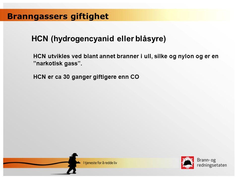 """HCN (hydrogencyanid eller blåsyre) HCN utvikles ved blant annet branner i ull, silke og nylon og er en """"narkotisk gass"""". HCN er ca 30 ganger giftigere"""