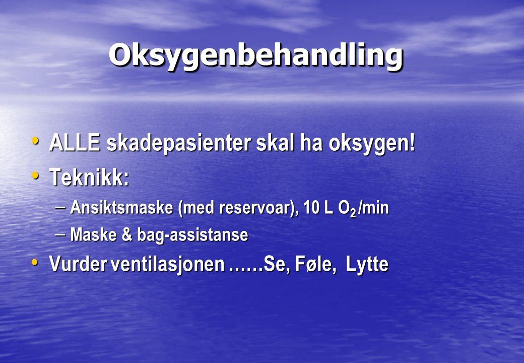 Oksygenbehandling Oksygenbehandling • ALLE skadepasienter skal ha oksygen! • Teknikk: – Ansiktsmaske (med reservoar), 10 L O 2 /min – Maske & bag-assi
