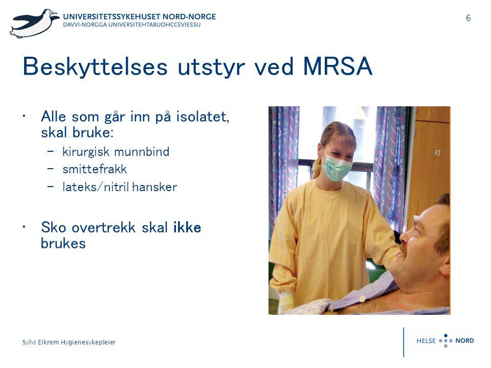 6 Sylvi Eikrem Hygienesykepleier Beskyttelses utstyr ved MRSA • Alle som går inn på isolatet, skal bruke: – kirurgisk munnbind – smittefrakk – lateks/nitril hansker • Sko overtrekk skal ikke brukes