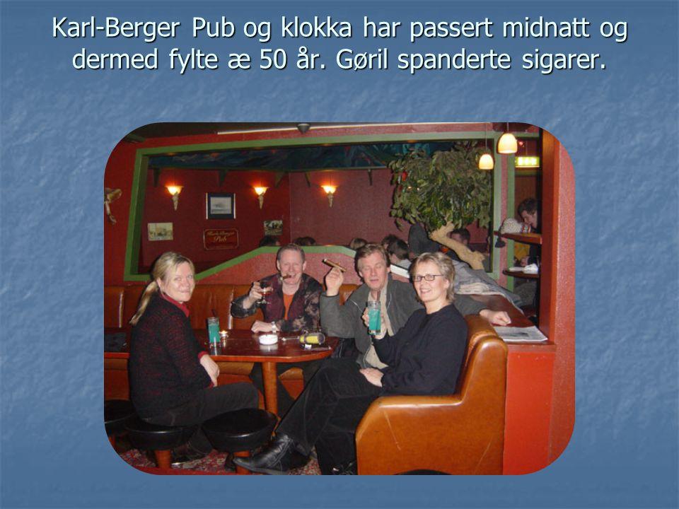 Karl-Berger Pub og klokka har passert midnatt og dermed fylte æ 50 år. Gøril spanderte sigarer.