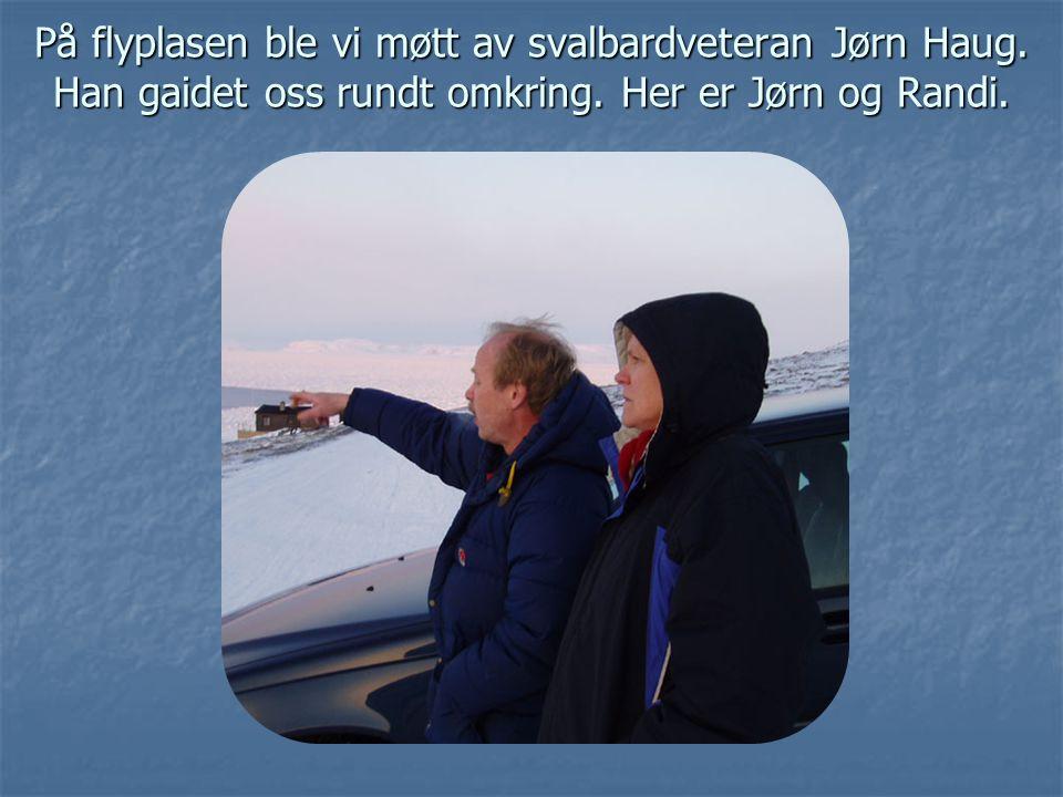 På flyplasen ble vi møtt av svalbardveteran Jørn Haug. Han gaidet oss rundt omkring. Her er Jørn og Randi.