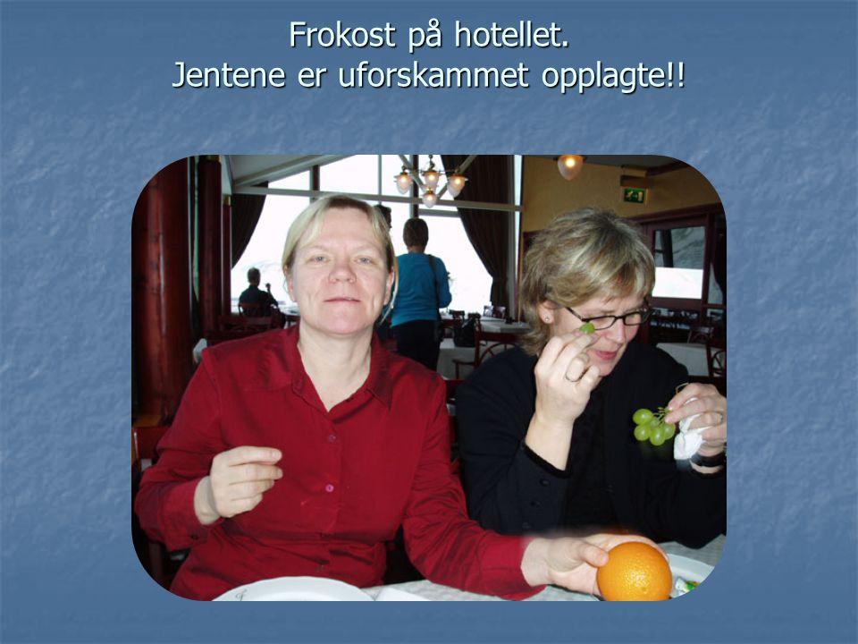 Frokost på hotellet. Jentene er uforskammet opplagte!!