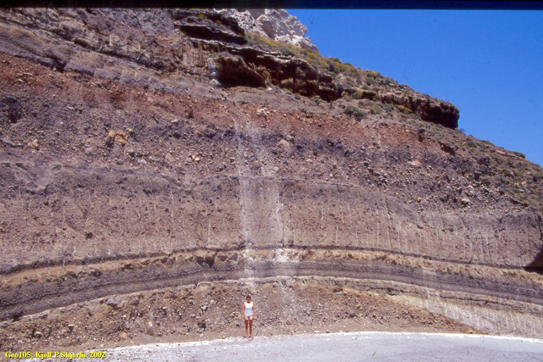 Noen askenedfall fra samme utbrudd kan vise tilsvarende variasjoner Noen av de store lagdelte basaltiske intrusjoner varierer i sammensetning fra ultramafiske bergarter til kvartsdioritt Geo105, Kjell P Skjerlie 2002