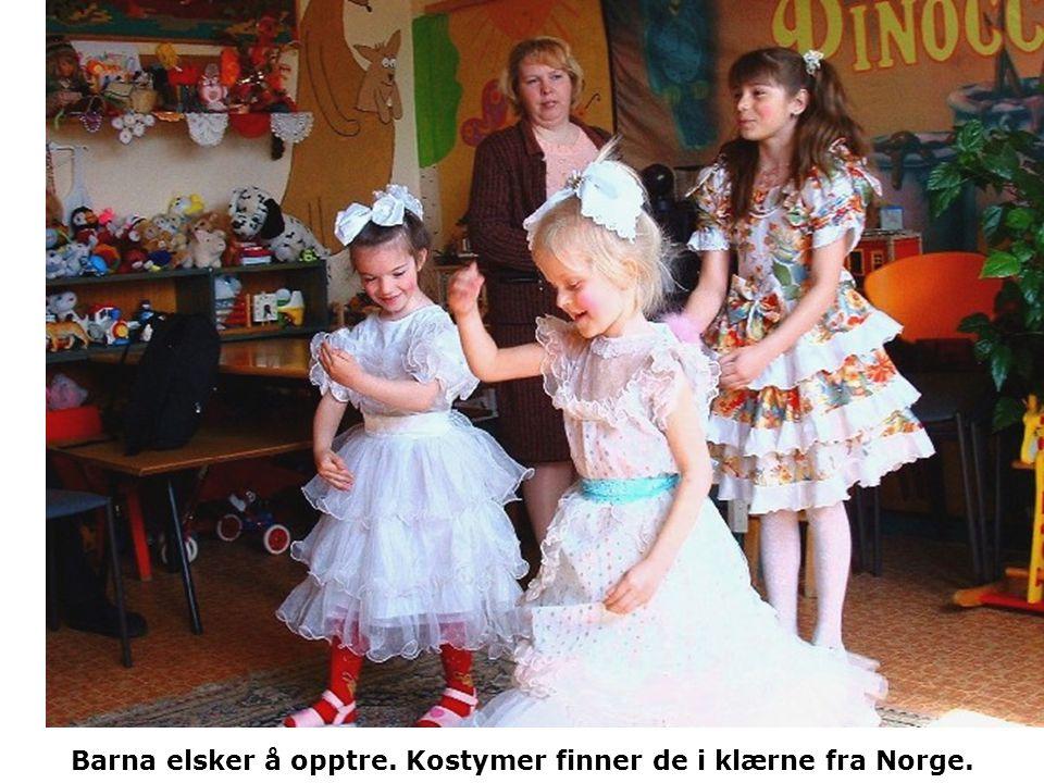 Barna elsker å opptre. Kostymer finner de i klærne fra Norge.