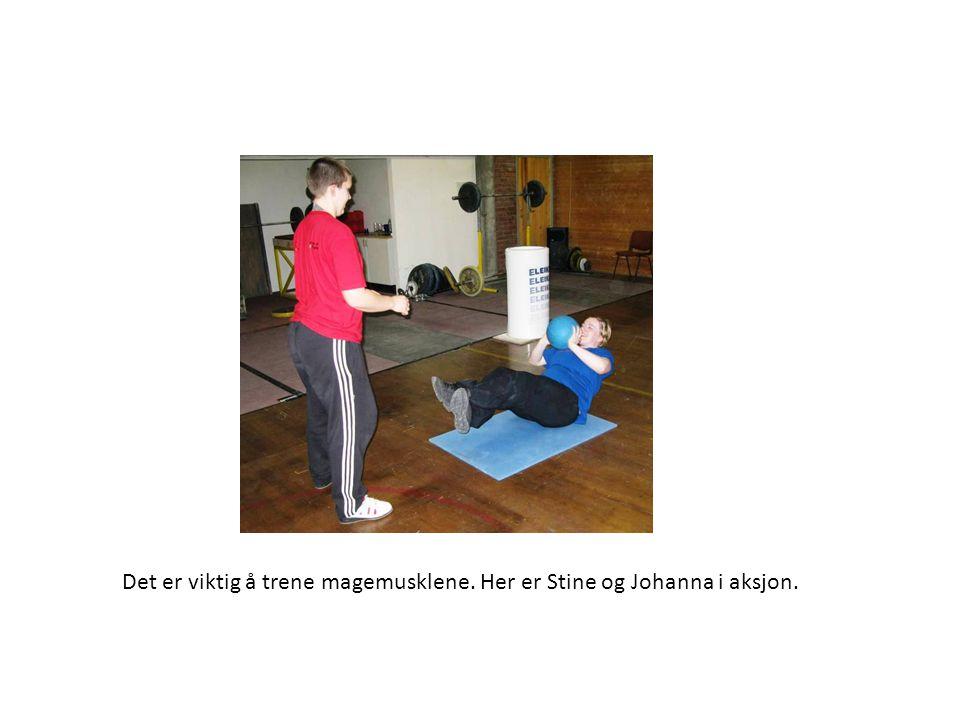 Det er viktig å trene magemusklene. Her er Stine og Johanna i aksjon.
