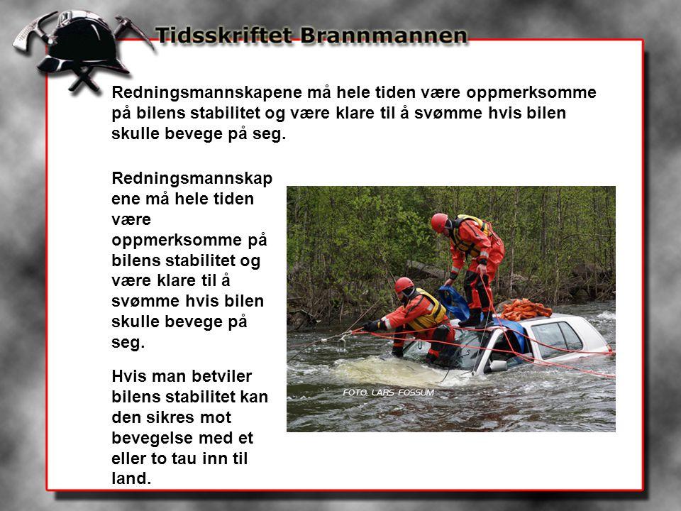 Redningsmannskapene må hele tiden være oppmerksomme på bilens stabilitet og være klare til å svømme hvis bilen skulle bevege på seg. Hvis man betviler