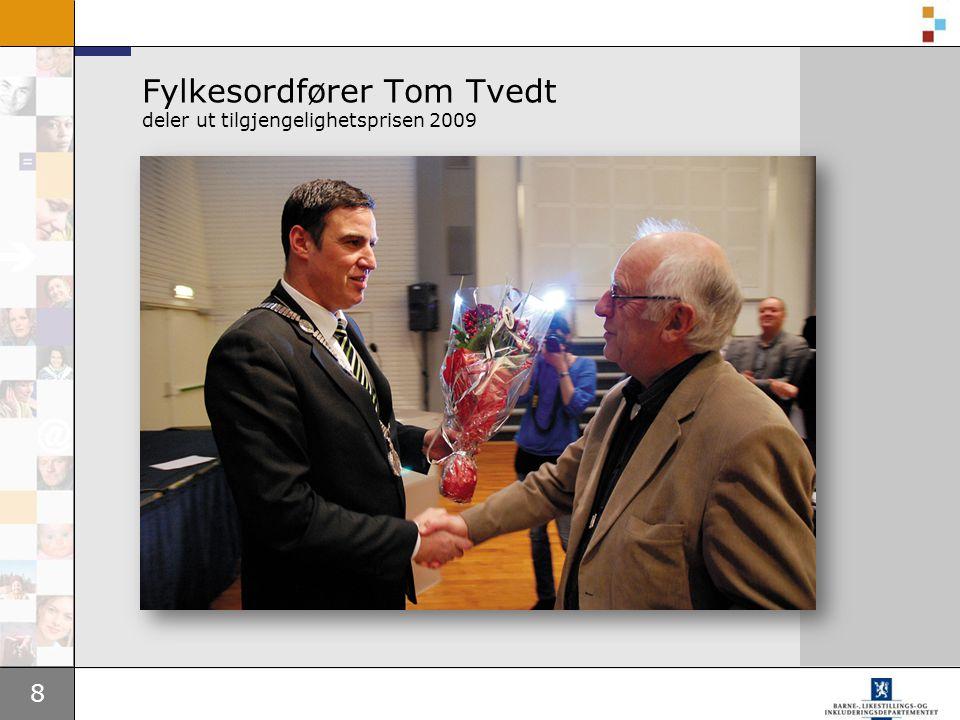 8 Fylkesordfører Tom Tvedt deler ut tilgjengelighetsprisen 2009