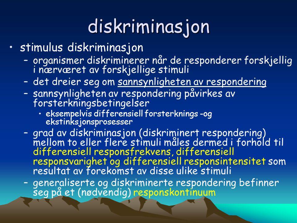 diskriminasjon •stimulus diskriminasjon –organismer diskriminerer når de responderer forskjellig i nærværet av forskjellige stimuli –det dreier seg om