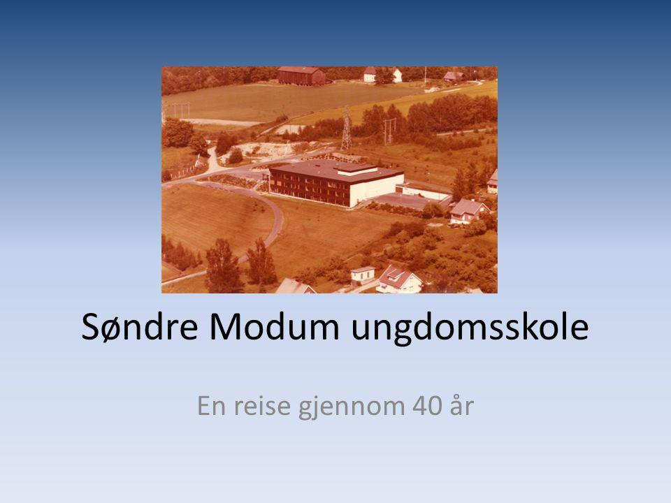 1971 • Søndre Modum ungdomsskole åpnes i august.• Kristian Magnus Strømmen blir første rektor.