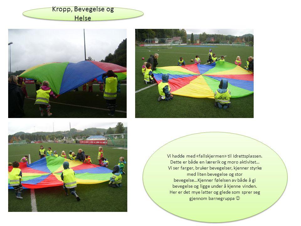 Kropp, Bevegelse og Helse Vi hadde med «fallskjermen» til Idrettsplassen. Dette er både en lærerik og moro aktivitet… Vi ser farger, bruker bevegelser