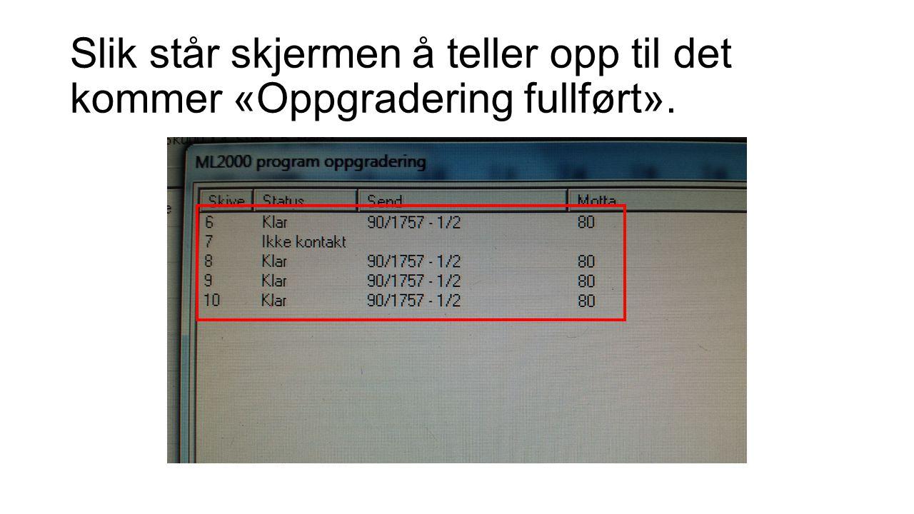 Slik står skjermen å teller opp til det kommer «Oppgradering fullført».