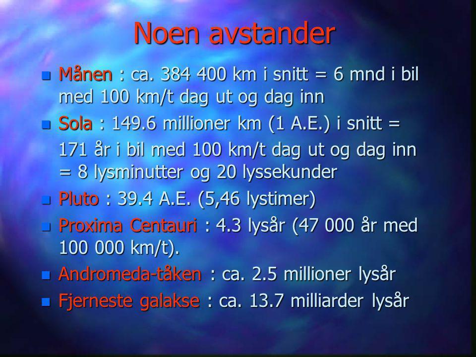 Astronomiske avstandsenheter n 1 Astronomisk enhet (A.E.) = gj.snitt avstand til sola = 149.6 millioner km. n 1 lysår (l.å.) = avstanden lyset går i v