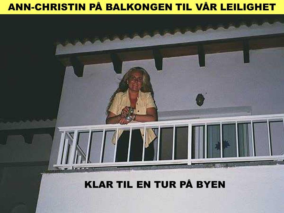 ANN-CHRISTIN PÅ BALKONGEN TIL VÅR LEILIGHET KLAR TIL EN TUR PÅ BYEN