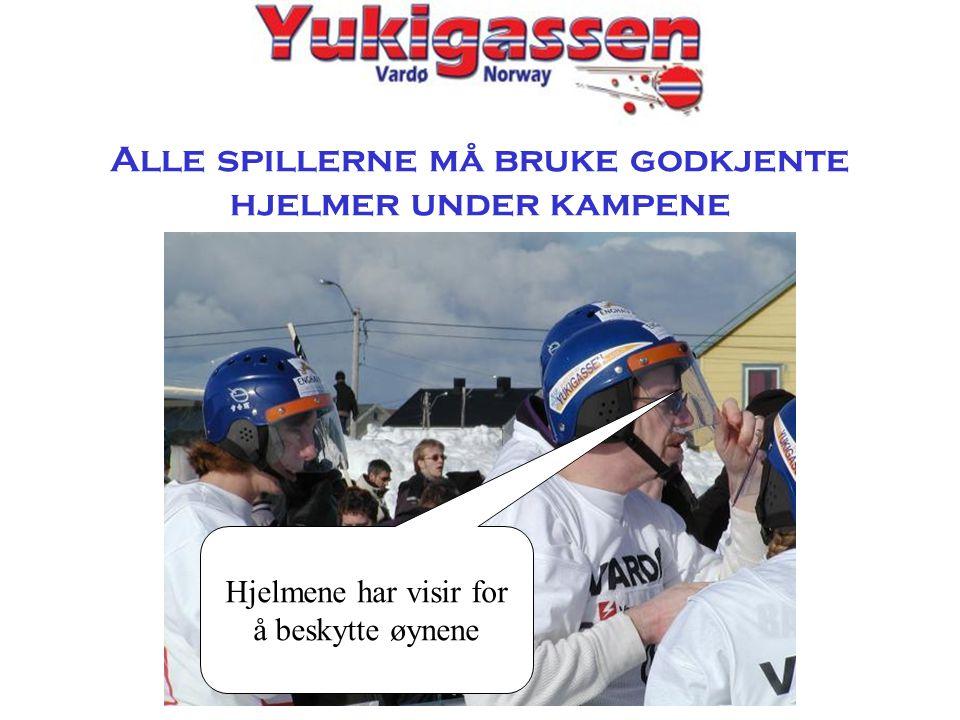 Alle spillerne må bruke godkjente hjelmer under kampene Hjelmene har visir for å beskytte øynene