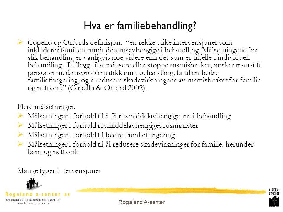 """Rogaland A-senter Hva er familiebehandling?  Copello og Orfords definisjon: """"en rekke ulike intervensjoner som inkluderer familien rundt den rusavhen"""