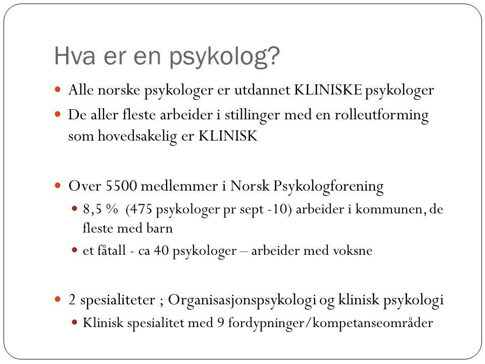 Hva er en psykolog?  Alle norske psykologer er utdannet KLINISKE psykologer  De aller fleste arbeider i stillinger med en rolleutforming som hovedsa