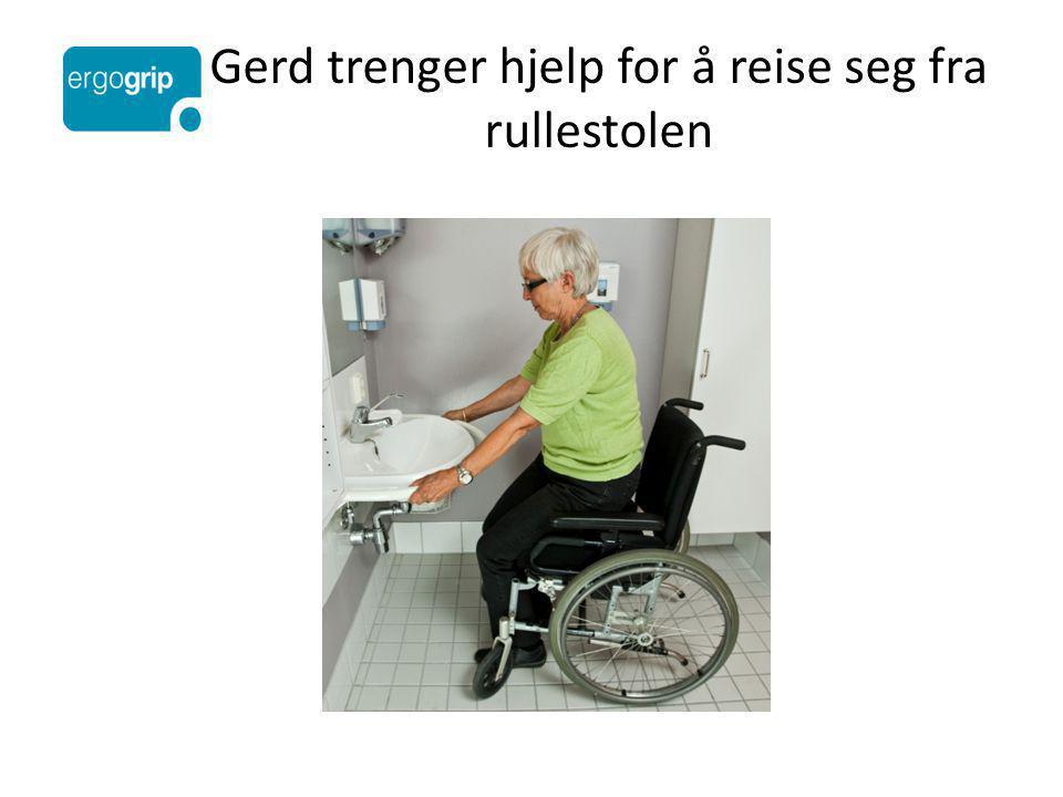Gerd trenger hjelp for å reise seg fra rullestolen