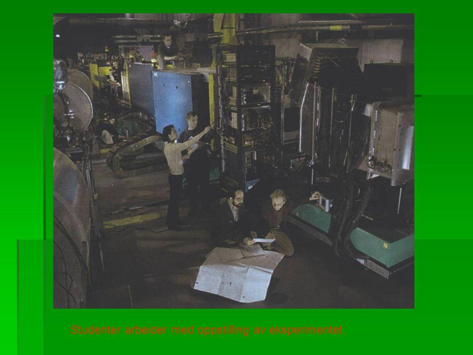 Studenter arbeider med oppstilling av eksperimentet.