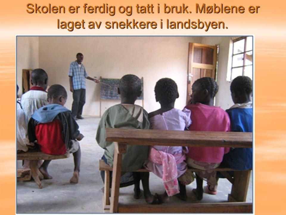 Skolen er ferdig og tatt i bruk. Møblene er laget av snekkere i landsbyen.
