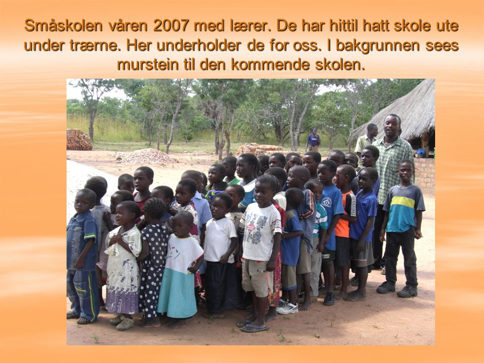 Småskolen våren 2007 med lærer.De har hittil hatt skole ute under trærne.