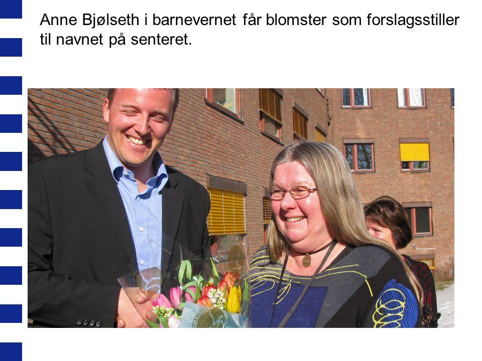 Ledere omkranser Stian Oen etter snorklipp, Børge Njå, Tone Frønes og Kjersti Halvorsen (avdelingssjef Oppvekst- og nærmiljø)