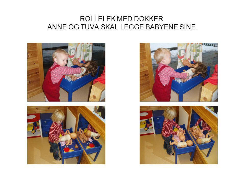 ROLLELEK MED DOKKER. ANNE OG TUVA SKAL LEGGE BABYENE SINE.