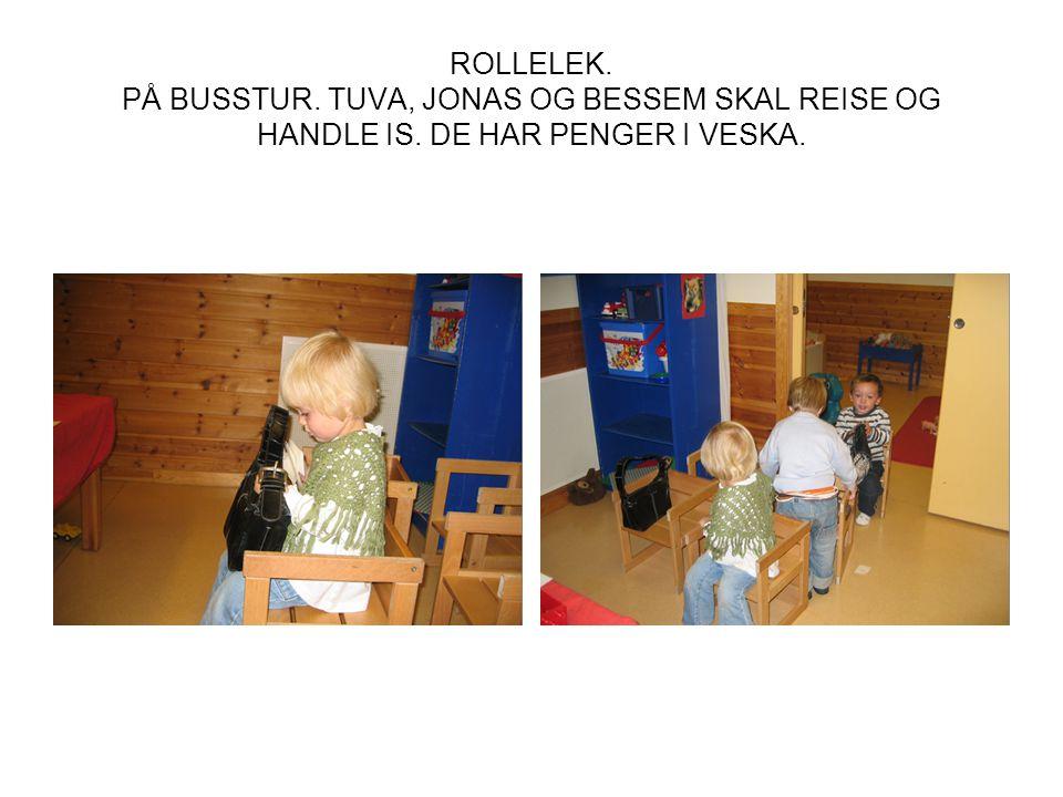 ROLLELEK. PÅ BUSSTUR. TUVA, JONAS OG BESSEM SKAL REISE OG HANDLE IS. DE HAR PENGER I VESKA.