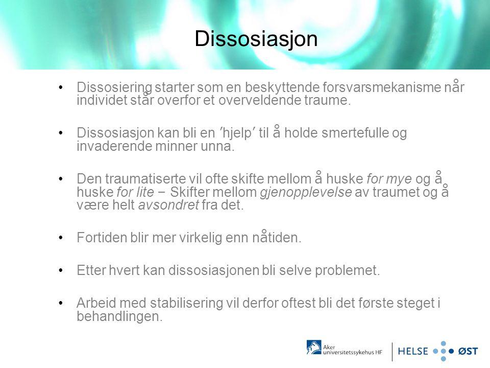 Dissosiasjon •Dissosiering starter som en beskyttende forsvarsmekanisme n å r individet st å r overfor et overveldende traume. •Dissosiasjon kan bli e
