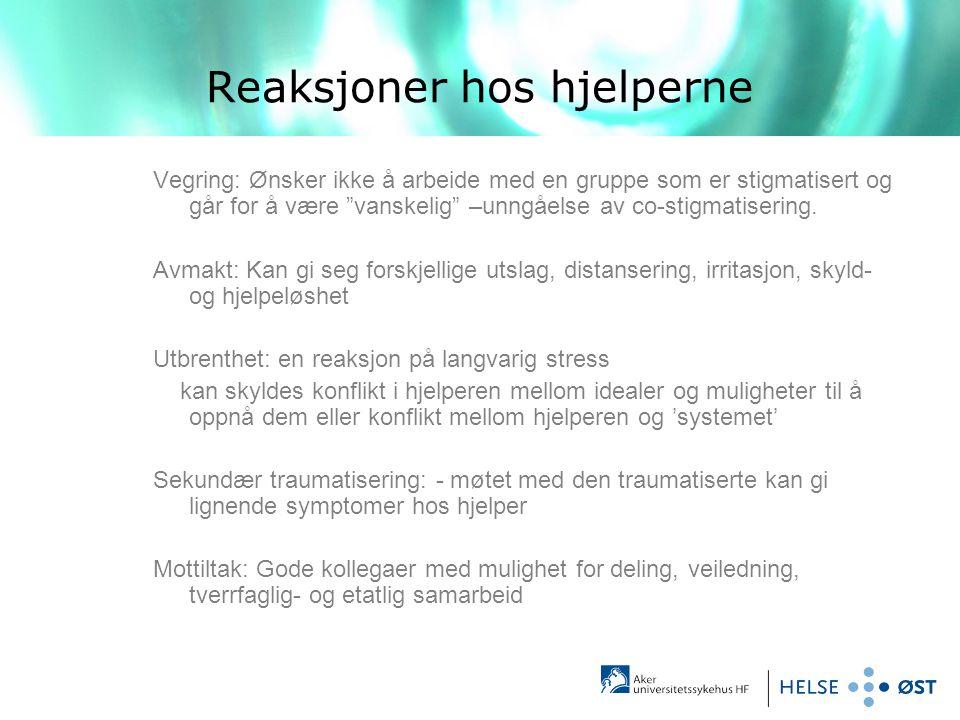 """Reaksjoner hos hjelperne Vegring: Ønsker ikke å arbeide med en gruppe som er stigmatisert og går for å være """"vanskelig"""" –unngåelse av co-stigmatiserin"""