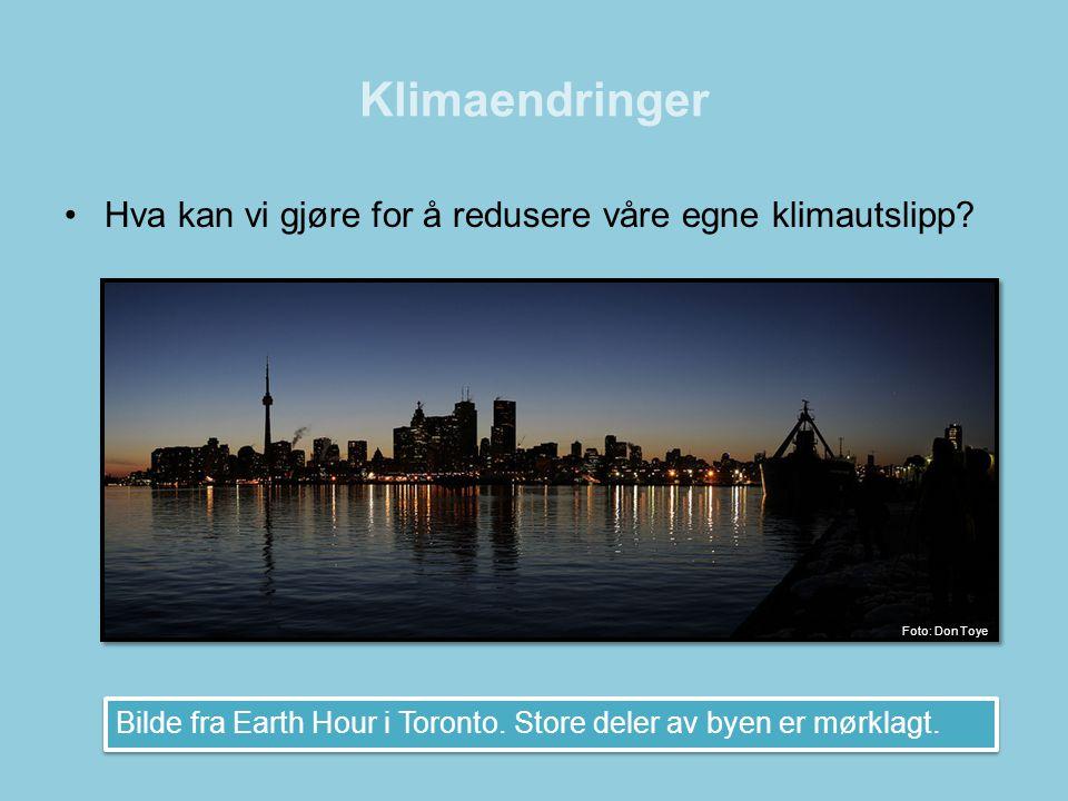•Hva kan vi gjøre for å redusere våre egne klimautslipp? Bilde fra Earth Hour i Toronto. Store deler av byen er mørklagt. Foto: Don Toye