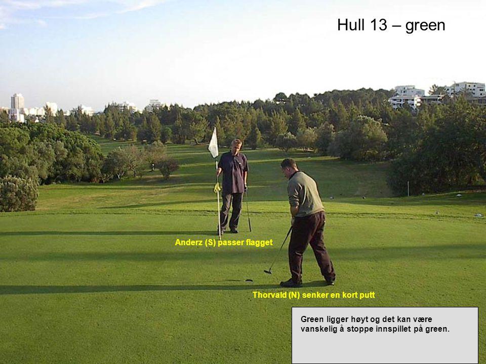 Hull 13 – green Thorvald (N) senker en kort putt Anderz (S) passer flagget Green ligger høyt og det kan være vanskelig å stoppe innspillet på green.