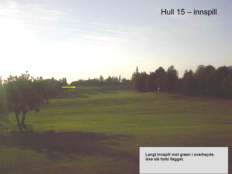 Hull 15 – innspill Langt innspill mot green i overhøyde. Ikke slå forbi flagget.