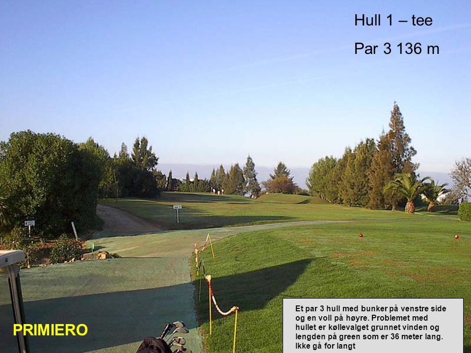Hull 1 – tee Par 3 136 m PRIMIERO Et par 3 hull med bunker på venstre side og en voll på høyre.