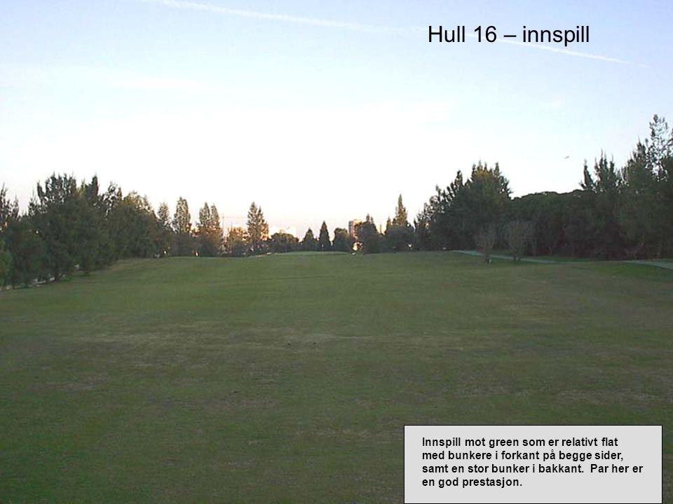 Hull 16 – innspill Innspill mot green som er relativt flat med bunkere i forkant på begge sider, samt en stor bunker i bakkant.