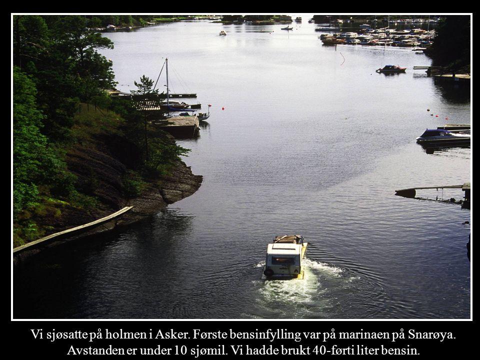 Vi sjøsatte på holmen i Asker. Første bensinfylling var på marinaen på Snarøya. Avstanden er under 10 sjømil. Vi hadde brukt 40-førti liter bensin.