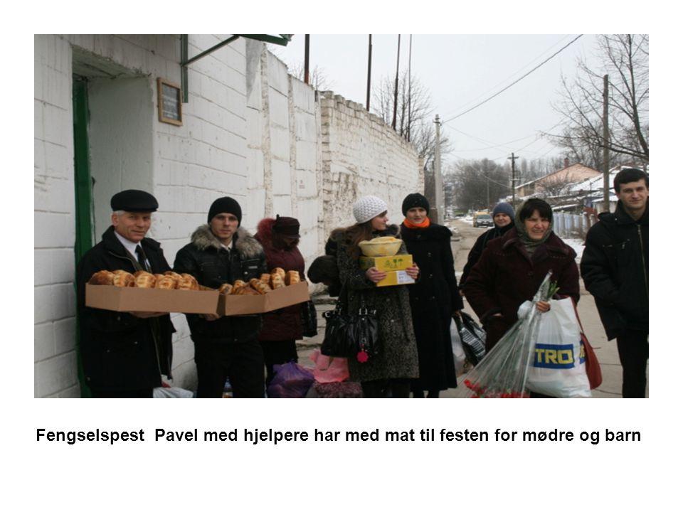 Fengselspest Pavel med hjelpere har med mat til festen for mødre og barn