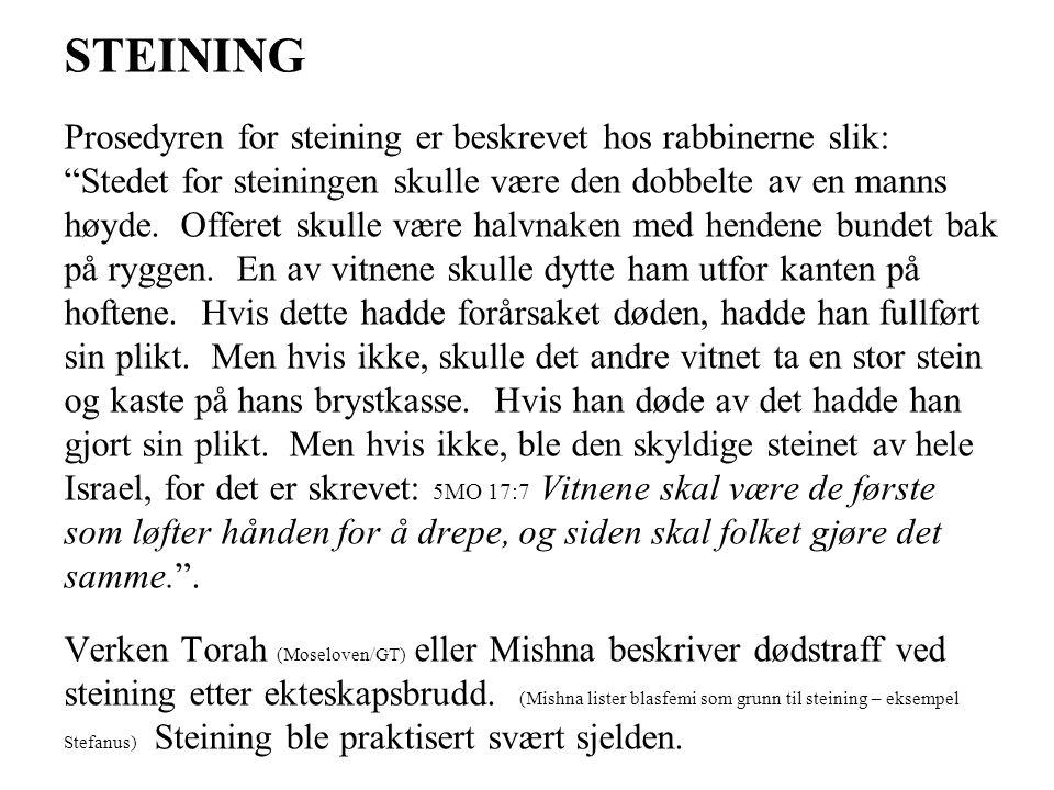 """STEINING Prosedyren for steining er beskrevet hos rabbinerne slik: """"Stedet for steiningen skulle være den dobbelte av en manns høyde. Offeret skulle v"""