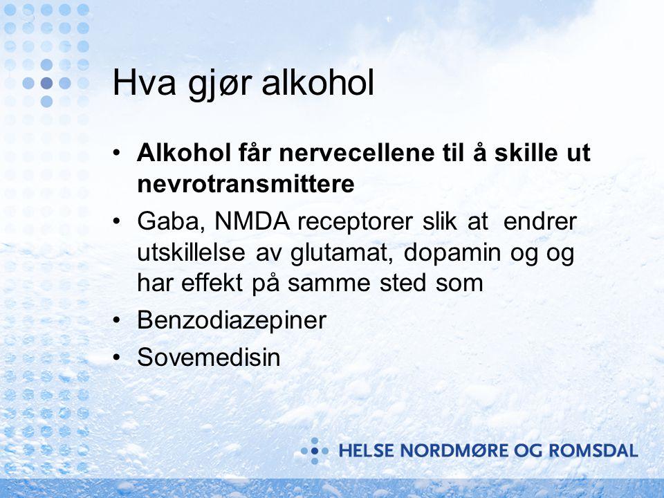 Hva gjør alkohol •Alkohol får nervecellene til å skille ut nevrotransmittere •Gaba, NMDA receptorer slik at endrer utskillelse av glutamat, dopamin og