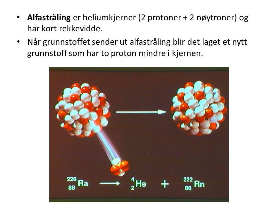 • Alfastråling er heliumkjerner (2 protoner + 2 nøytroner) og har kort rekkevidde. • Når grunnstoffet sender ut alfastråling blir det laget et nytt gr