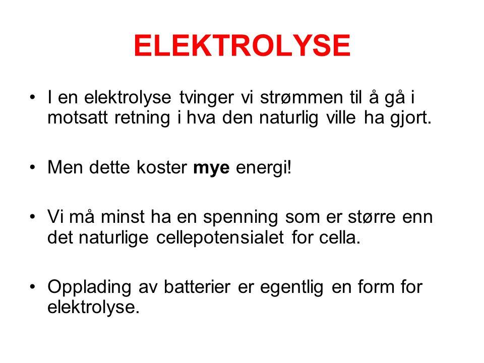 ELEKTROLYSE •I en elektrolyse tvinger vi strømmen til å gå i motsatt retning i hva den naturlig ville ha gjort.