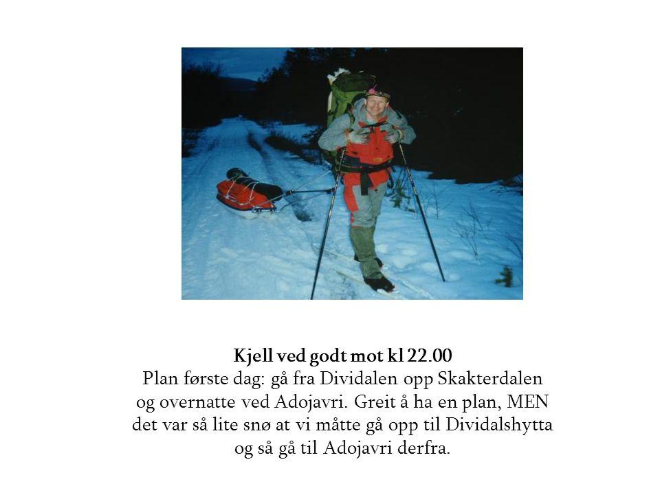 Kjell ved godt mot kl 22.00 Plan første dag: gå fra Dividalen opp Skakterdalen og overnatte ved Adojavri. Greit å ha en plan, MEN det var så lite snø