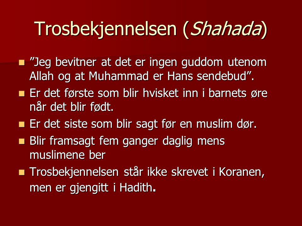 """Trosbekjennelsen (Shahada)  """"Jeg bevitner at det er ingen guddom utenom Allah og at Muhammad er Hans sendebud"""".  Er det første som blir hvisket inn"""