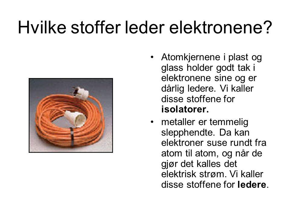 Hvilke stoffer leder elektronene? Atomkjernene i plast og glass holder godt tak i elektronene sine og er dårlig ledere. Vi kaller disse stoffene for i