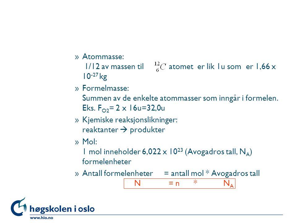 »Atommasse: 1/12 av massen til atomet er lik 1u som er 1,66 x 10 -27 kg »Formelmasse: Summen av de enkelte atommasser som inngår i formelen.