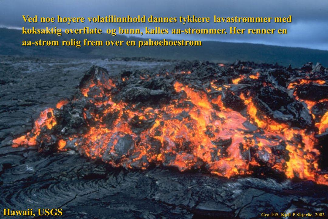 Ved noe høyere volatilinnhold dannes tykkere lavastrømmer med koksaktig overflate og bunn, kalles aa-strømmer. Her renner en aa-strøm rolig frem over