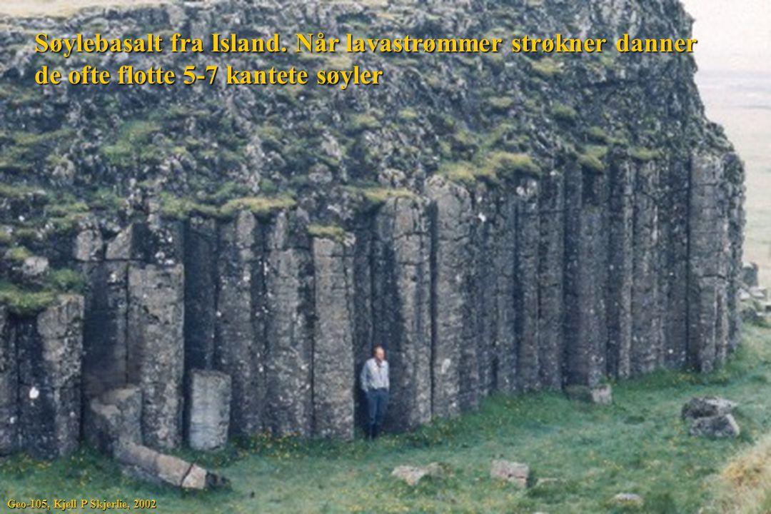 Søylebasalt fra Island. Når lavastrømmer strøkner danner de ofte flotte 5-7 kantete søyler Geo-105, Kjell P Skjerlie, 2002