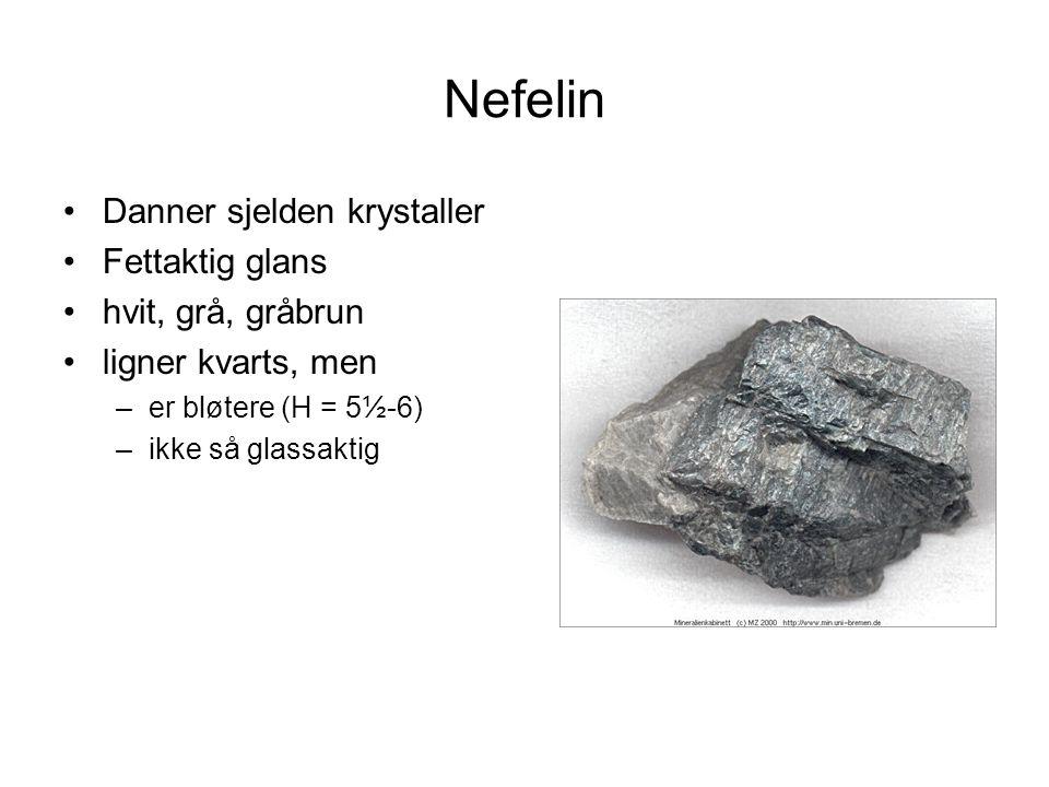Nefelin Et vanlig mineral i Si-fattige alkali (Na, K)-rike magmatiske bergarter –nefelinsyenitt –fonolitt Ofte sammen med K- feltspat, albitt, biotitt og Na- rike pyroksener og amfiboler