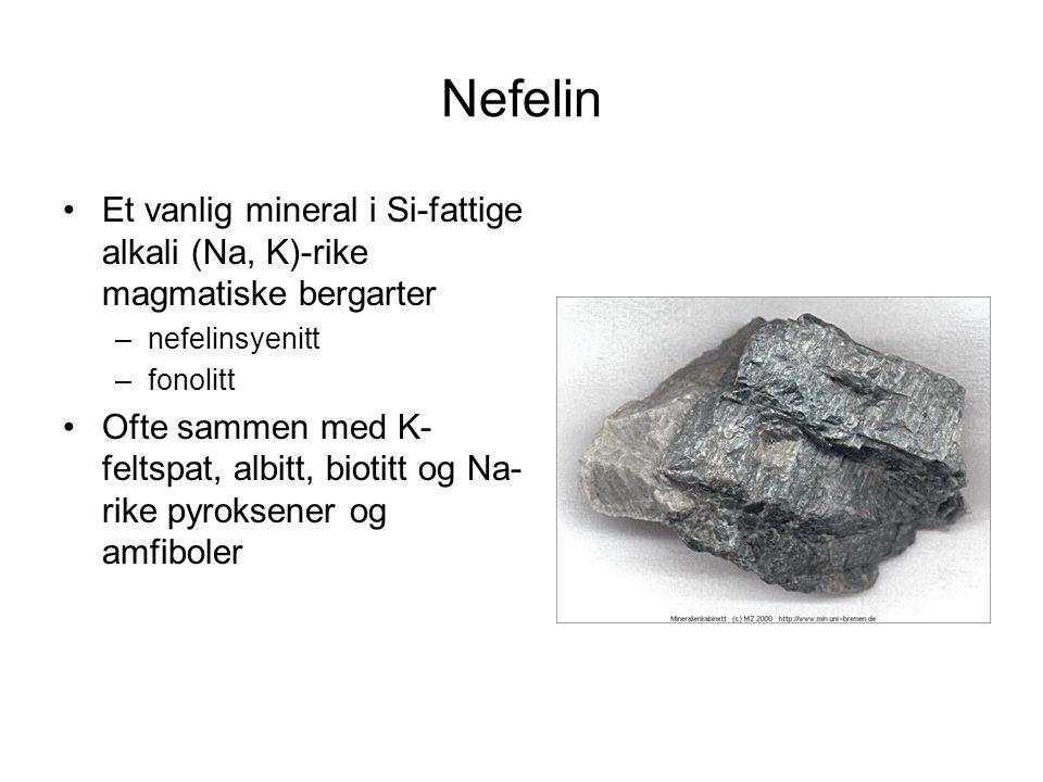 Nefelin Et vanlig mineral i Si-fattige alkali (Na, K)-rike magmatiske bergarter –nefelinsyenitt –fonolitt Ofte sammen med K- feltspat, albitt, biotitt
